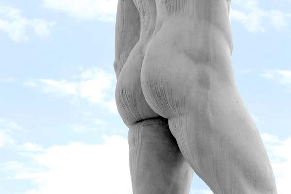 Man med stenhård pc-muskel